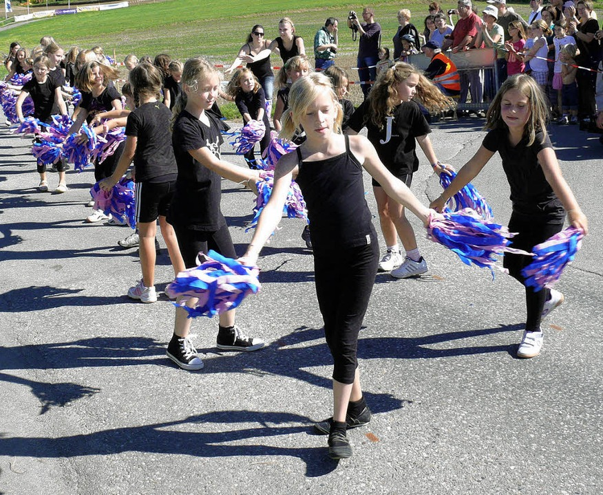 Die Cheerleaderinnen  sorgten für Stimmung vor dem Start.  | Foto: Frank Leonhardt