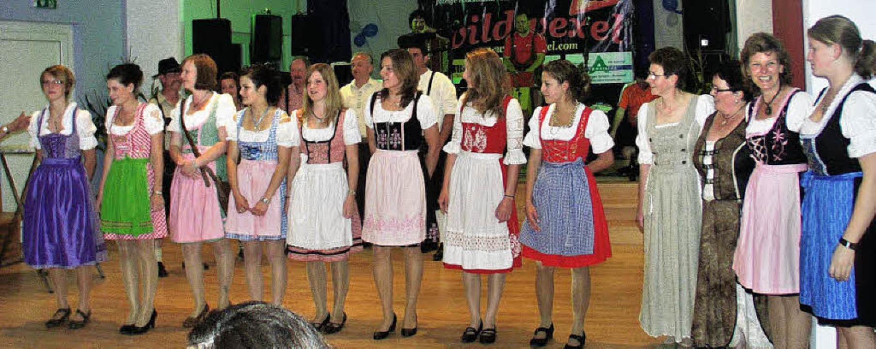 Insgesamt 14 Damen beteiligten sich be...(Zweite von links) aus Lembach gekürt.  | Foto: Bruno MoraTH