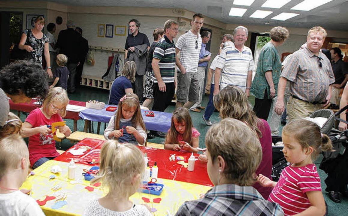 Zahlreich kamen Eltern und weitere Bes...gebauten Kindergarten zu besichtigen.   | Foto: heidi fössel