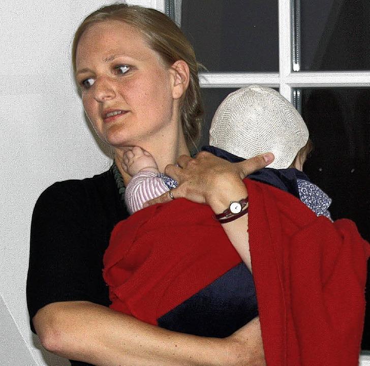 Franziska Brantner informierte Gäste ü...Politik und beruhigte das Töchterchen.    Foto: Andreas Peikert