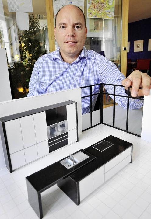 Der Schreiner Frank Vitt lebt davon, d...n geplanten Kücheneinrichtungen baut.   | Foto: Michael Bamberger