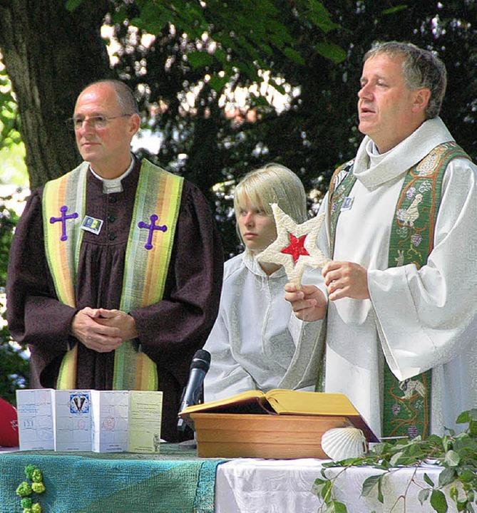 Die Pfarrer Baßler und Rochlitz im Läublinpark.     Foto: SENF