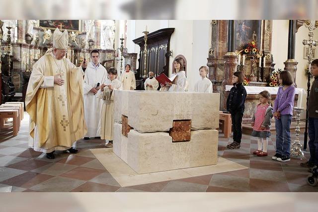 Altar geweiht in Heilig Kreuz