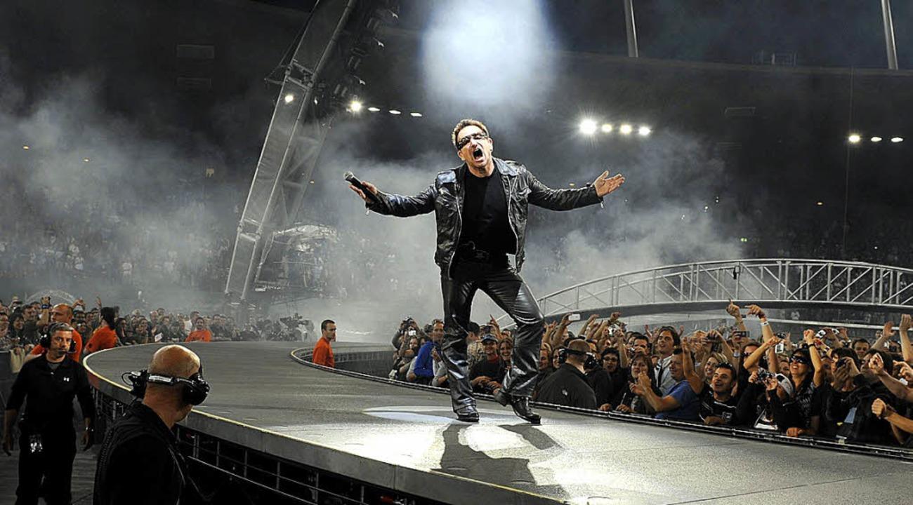 Sänger und Bandgewissen Bono auf der 360 Grad-Bühne   | Foto: dpa