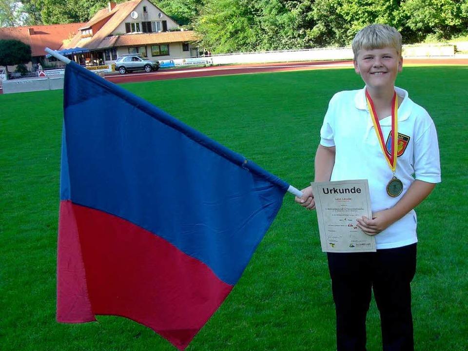 Der neue Weltmeister und Weltrekordler Leon Lösslin mit Fahne und Urkunde.    Foto: Privat