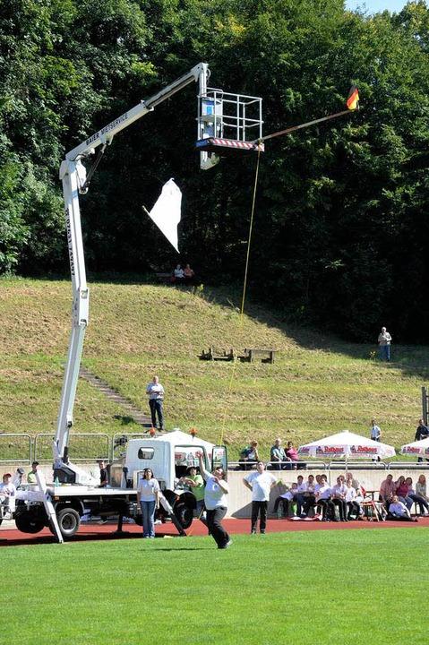 Die Fahnenschwinger im Wettbewerb bei den Heimattagen in Müllheim.    Foto: Volker Münch