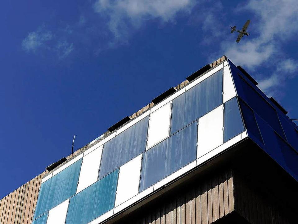 Die Witterung und die Bauarbeiten setz...terfassade der Unibibliothek stark zu.    Foto: Ingo Schneider