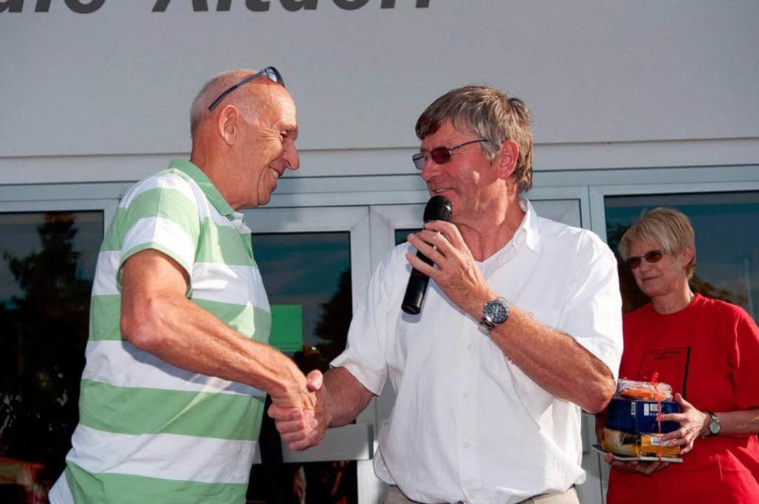Bernhard Duffner (rechts) gratuliert d...en Tour-de France-Fahrer Rudolf Geiger  | Foto: Stefan Merkle