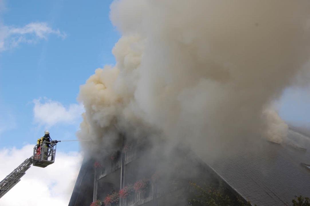 """Mit der Drehleiter versuchte die Feuer...ls """"Josen"""" Herr zu werden.    Foto: Sebastian Barthmes"""
