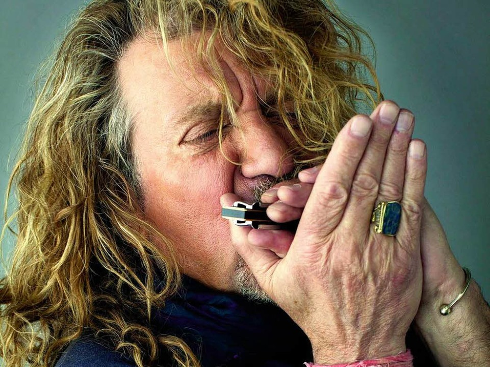 Er liebt ganz alte Musik: Robert Plant mit Mundharmonika.   | Foto: Greg Delman