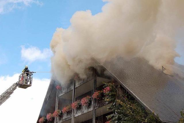 Hotel Josen: Spezialisten untersuchen den Brandort