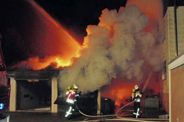 Übergreifen der Flammen auf Wohnhaus verhindert