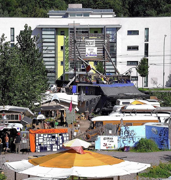 """Die Wagenburg """"Kommando Rhino&#8... Quartier Vauban häuslich einrichten.     Foto: Thomas Kunz"""