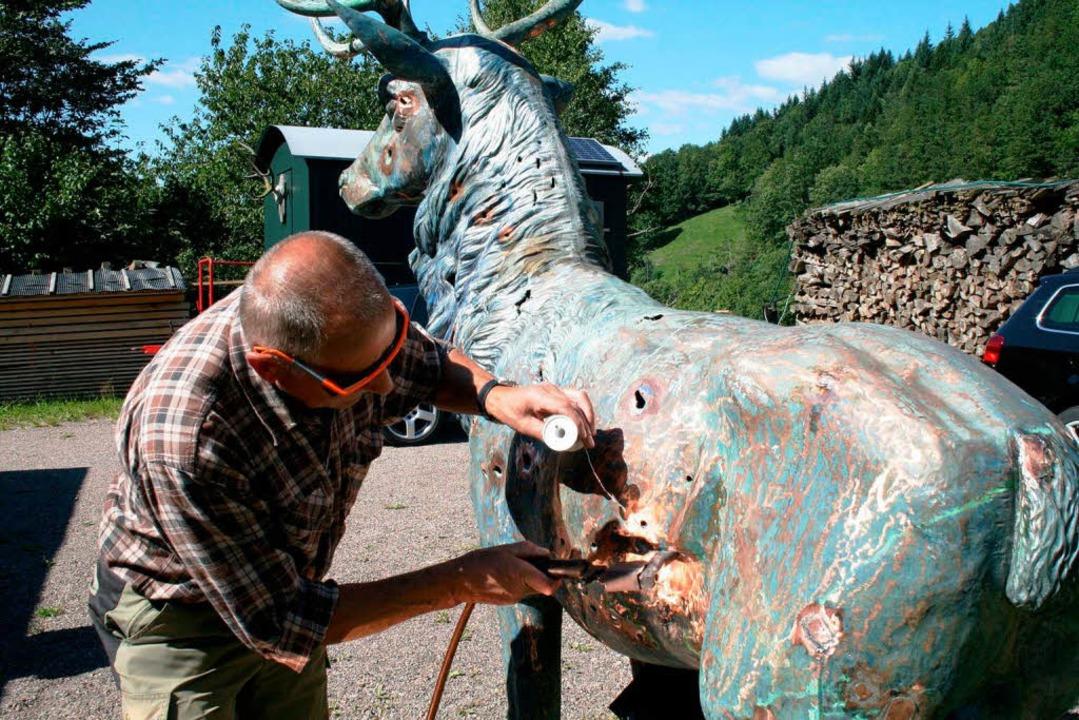 Helmut Schlosser  restauriert den Hirsch aus dem Höllental.  | Foto: Privat