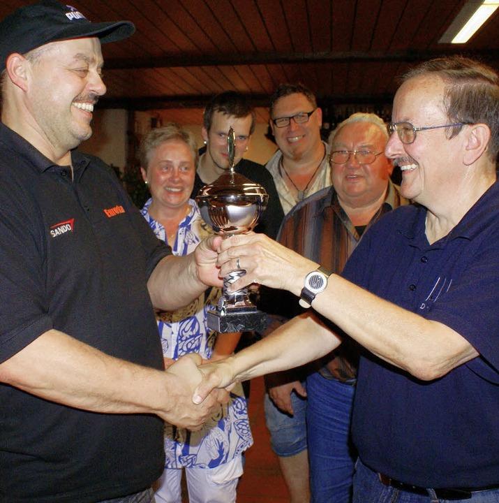 Staffelleiter Dieter Grethler (rechts)...mas Naumann, den Meisterschaftspokal.   | Foto:  Werner Probst