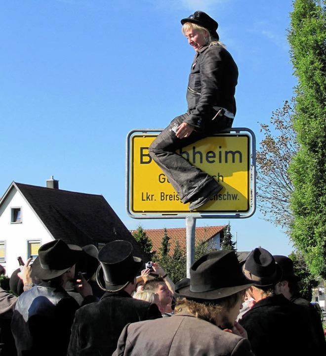 Nina Mohrmann erklimmt traditionell be...as heimische Ortsschild von Buchheim.   | Foto: privat