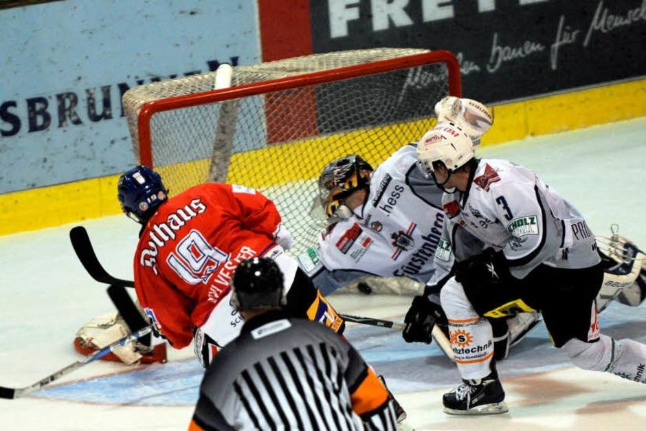 Wölfe Freiburg siegen gegen Schwenningen mit 4:3 vor heimischem Publikum.
