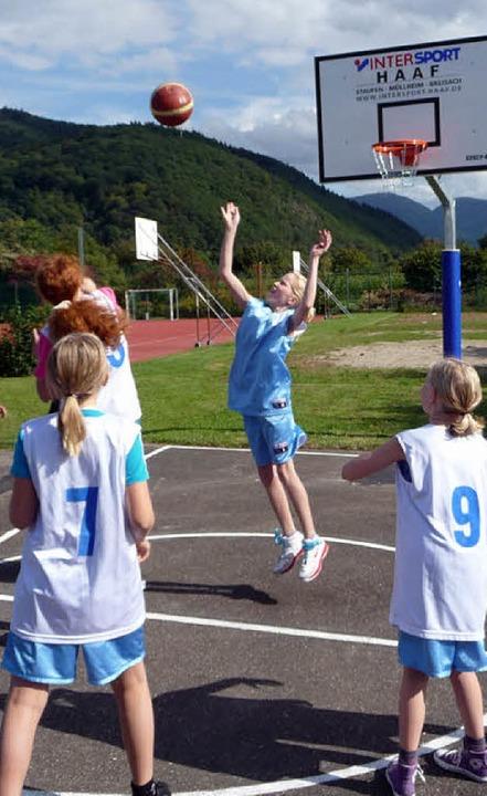 Freude bei den jungen Sportlerinnen: I...n gibt es einen neuen Basketballplatz.  | Foto: m. burkert