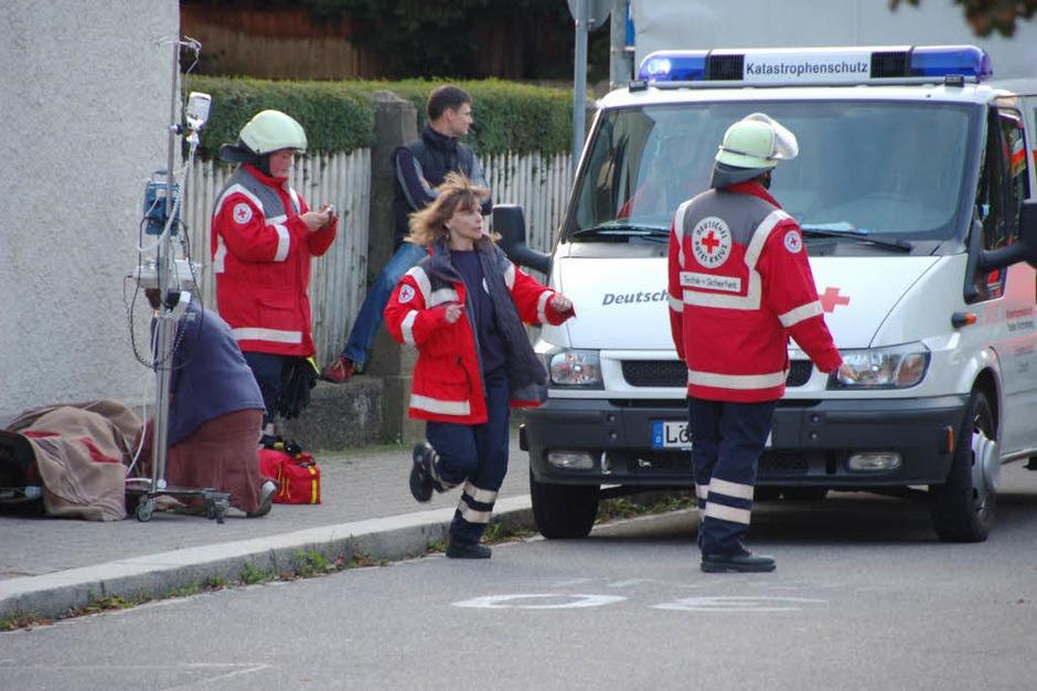 Die Verletzten werden vom Rettungsdienst versorgt. (Foto: Michael Reich)