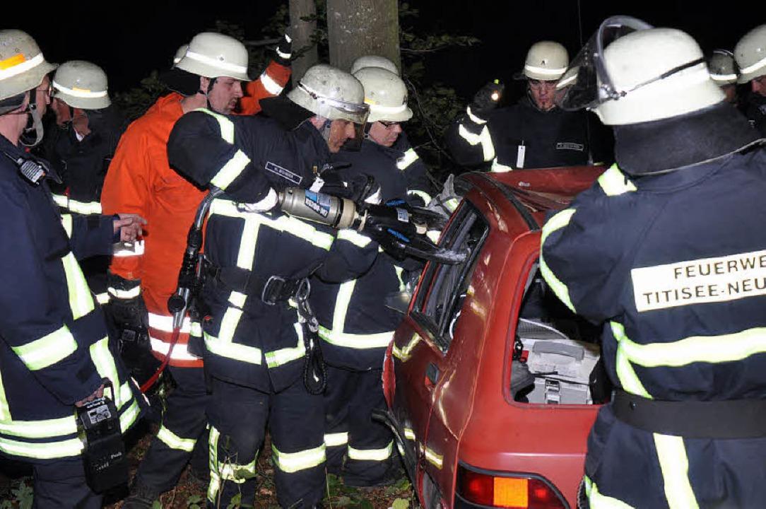 Die  Feuerwehr Waldau und das DRK übte...in einer schwierigen Unfallsituation.   | Foto: Markus Straub