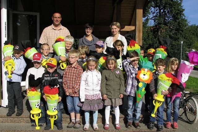 13 Jungs und 3 Mädchen haben Schultüten gepackt
