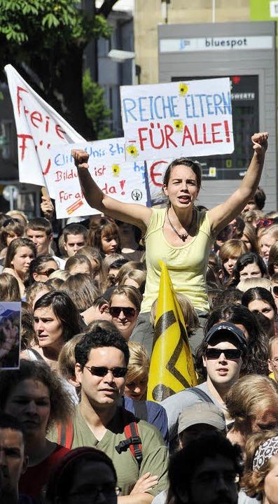 Die Demo geht weiter: Demonstration wä...dungsstreiks an der Uni im Juni 2009.   | Foto: Ingo Schneider