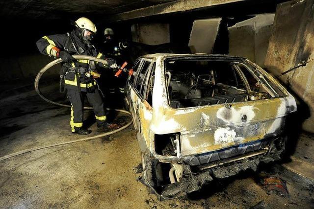 Auto brennt in Tiefgarage aus