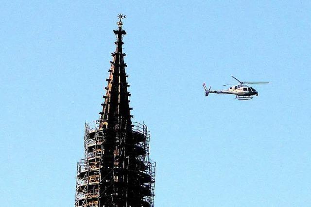 Hubschrauber macht Filmaufnahmen fürs ZDF