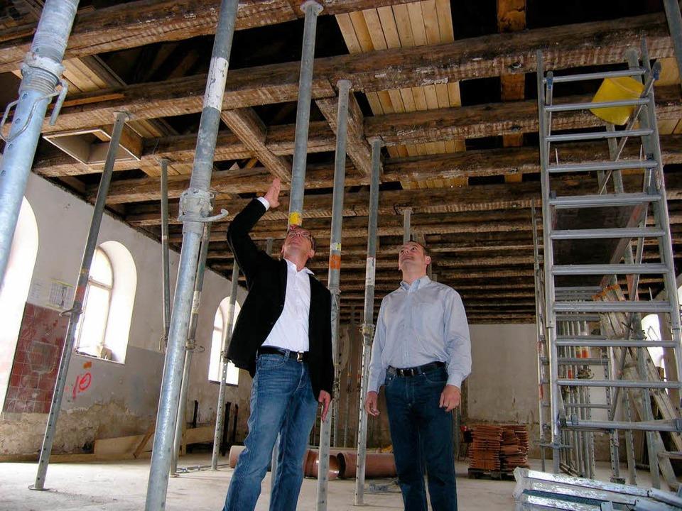 Architekt Konrad Waltersberger und Bür...eren Zehntscheuer, die entkernt wurde.  | Foto: Michael Haberer