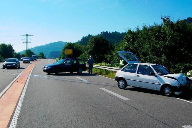 Unfall auf B 33 – drei Verletzte