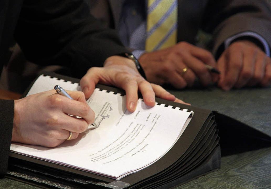 Schlichtungsordnung wird unterzeichnet  | Foto: Huber