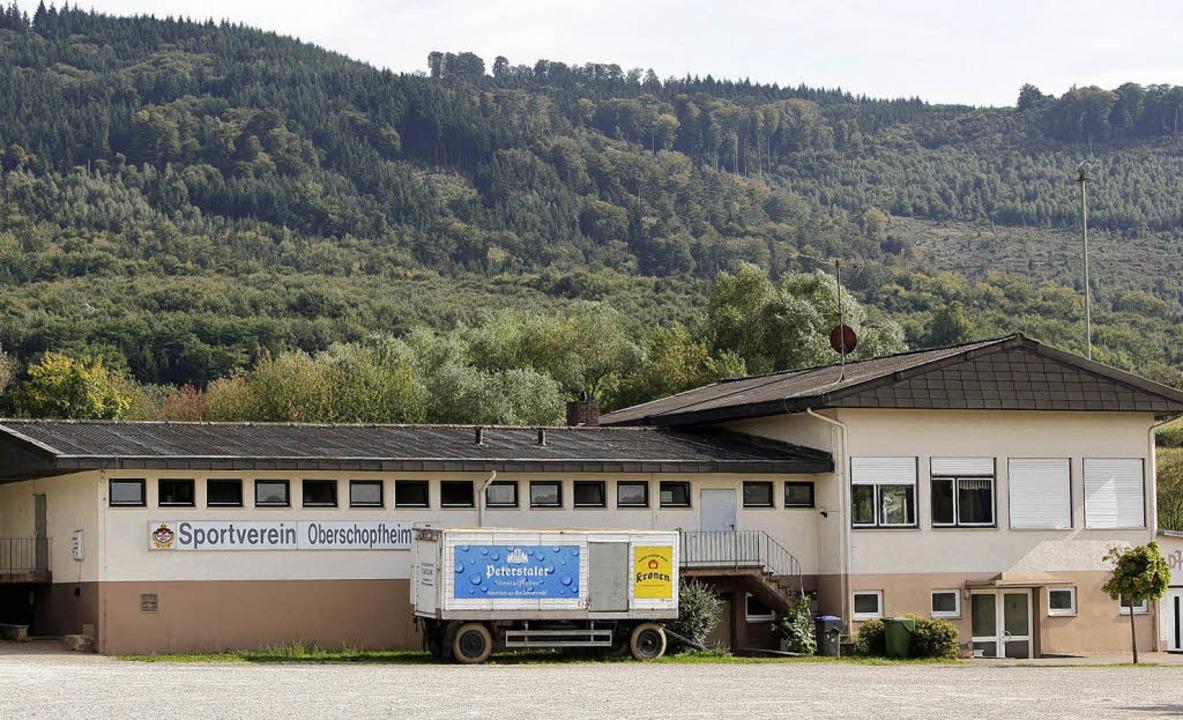 Laut dem SVO-Vorsitzenden Hugo Haag ist das Dach des Sportheims marode.    | Foto: Christoph Breithaupt