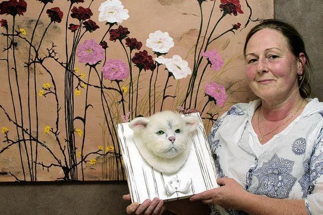 Blumige Gemälde und tierische Filzköpfe