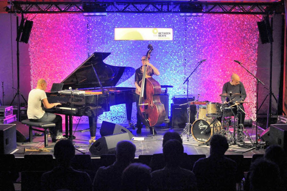 Ein sehr dichtes Programm spielten Studnitzky und seine Begleiter Paul Kleber (Bass ) sowie Sebastian Merk (Schlagzeug) (Foto: Markus Zimmermann)
