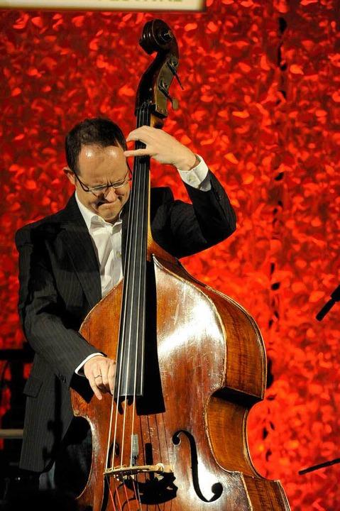 """Solo:  Bassist Dieter Ilg  spielte im """"Jazzclub"""".    Foto: Markus Zimmermann"""