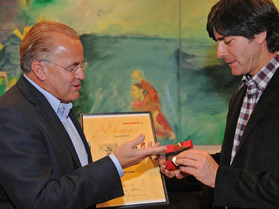 Fußball-Bundestrainer Joachim Löw (rec...überreichte ihm die Ernennungsurkunde.  | Foto: dpa