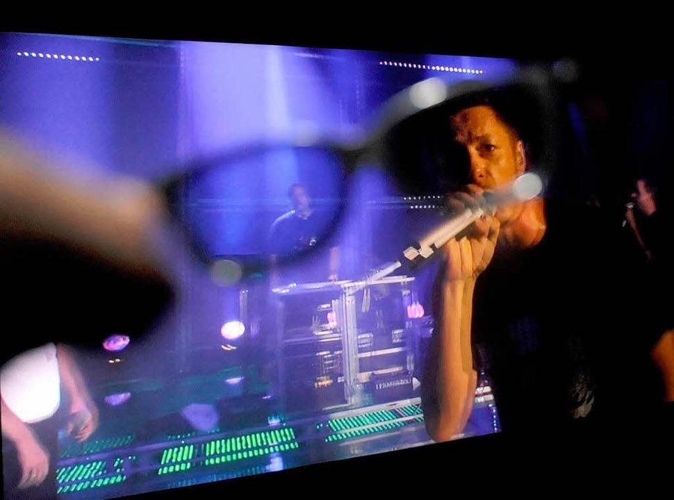 Michi Beck durch die 3-D-Brille gesehe...Vier übertrugen ein Konzert ins Kino.   | Foto: dpa