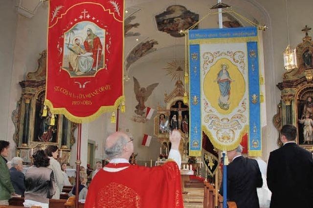 Jechtingen feiert Patrozinium mit neuen Fahnen