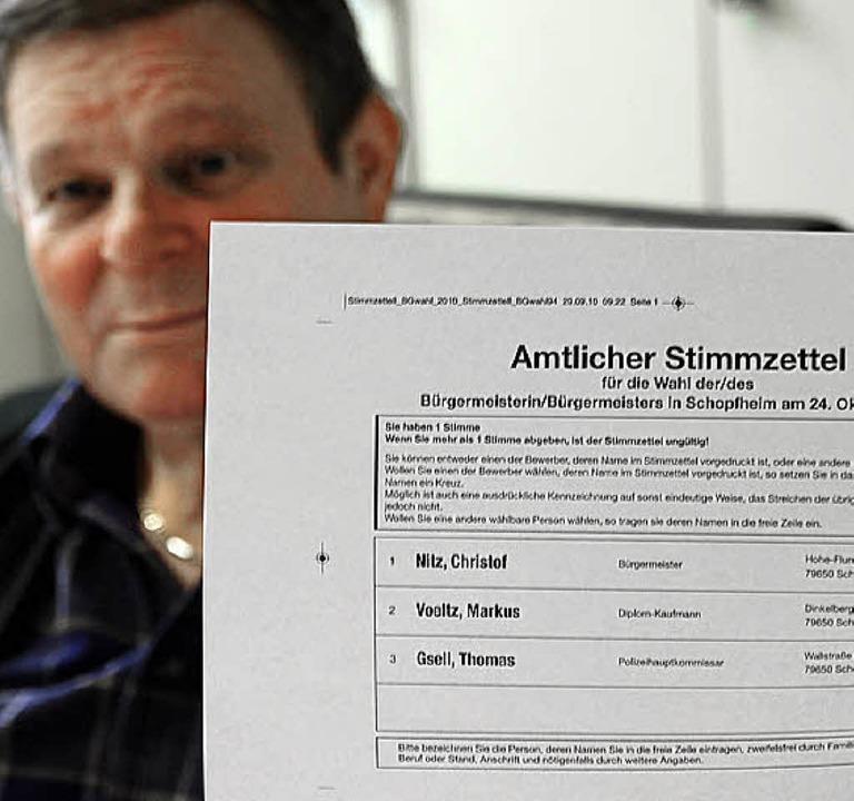 Klaus Jäckh präsentiert den Entwurf des Stimmzettels.   | Foto: Steinfelder