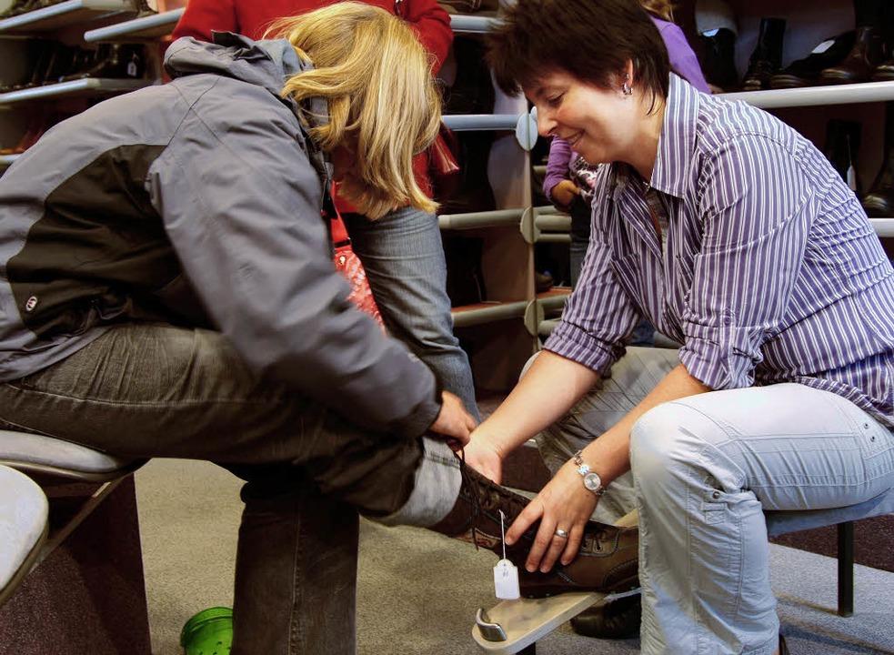 Sandra Fritzenschaft  hilft ihren Kunden beim Kauf neuer Winterschuhe.    Foto: tina lindemann