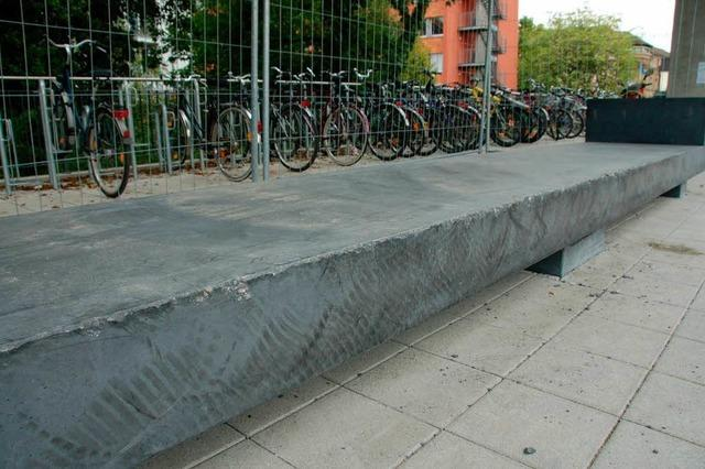 Betonbänke am Busbahnhof demoliert