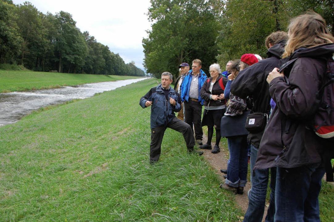 Gewässerführer aus Baden-Württemberg l...der Dreisam bei Hugstetten erläutern.   | Foto: manfred frietsch