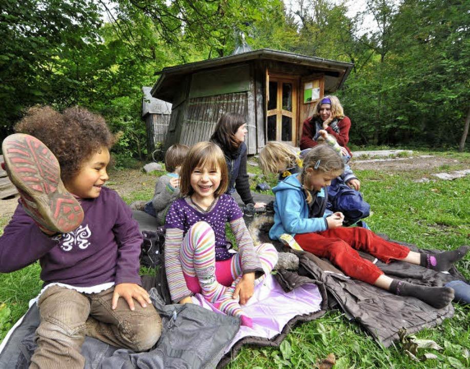Cheyenne und Lea (beide 5, von links) ...alle Kinder,  ihre Schuhe ausgezogen.     Foto: Michael Bamberger