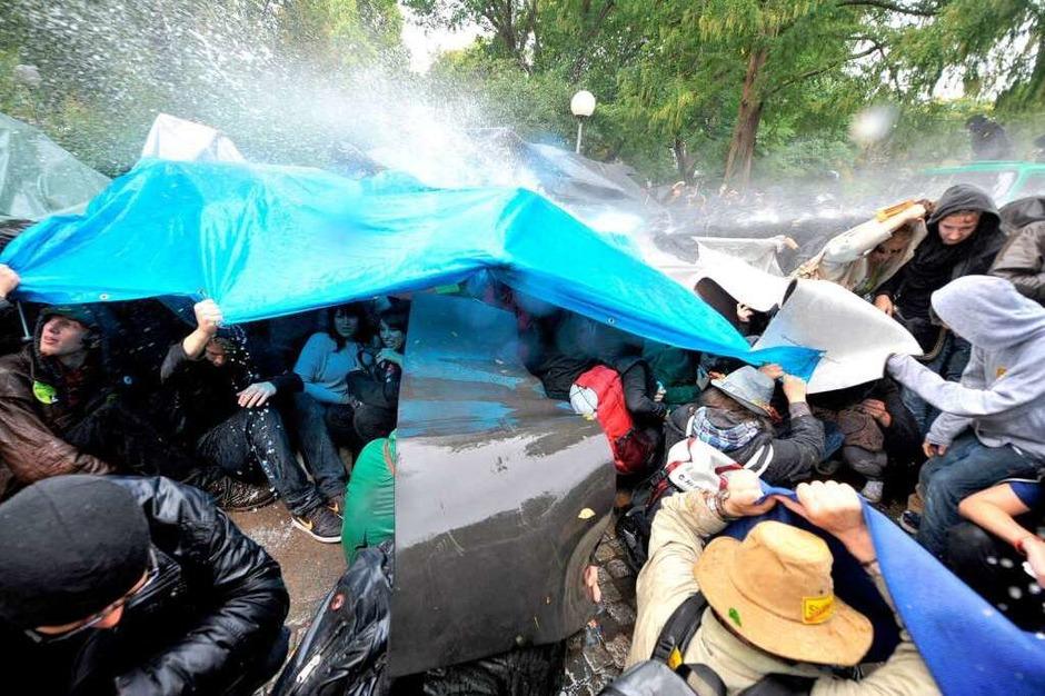 Die Polizei geht mit Gewalt gegen die friedlichen Demonstranten vor. (Foto: dpa)