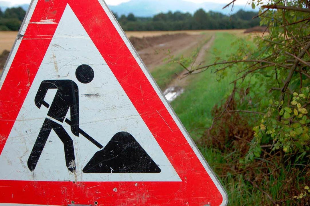Ein Schild ist da, aber gebaut wird ni...r das Neufeld bei Holzhausen erlassen.  | Foto: Tanja Bury