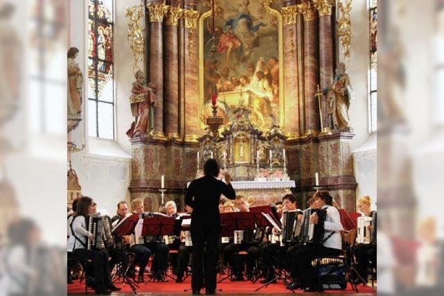 Zwei Orchester, ein Konzert