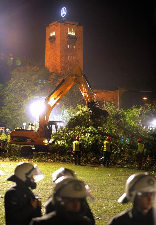 Im Dunkeln   Fakten schaffen:  Der Lär...nd Pfiffen raubt Stuttgart den Schlaf   | Foto: dpa