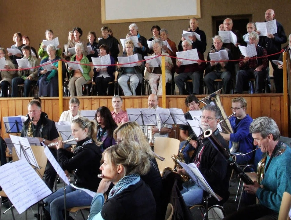 Aus den 90 Musikern der beiden Chöre u...insamen  Proben eine Einheit auf Zeit.  | Foto: BZ