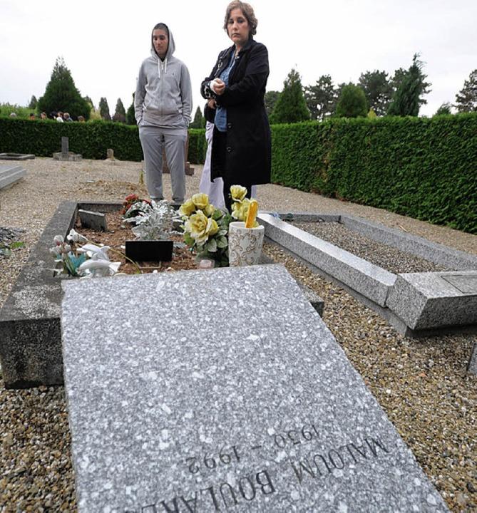 Zerstörte Gräber auf dem muslimischen Friedhof.   | Foto: DPA