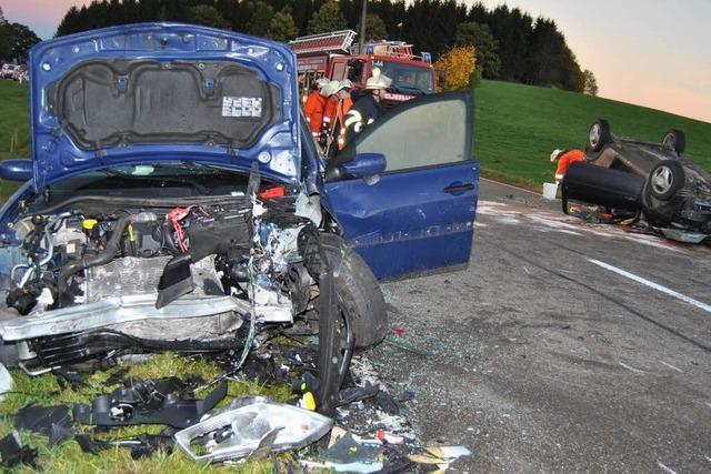 B31-Umleitung: Schwerer Unfall, Laster fährt sich fest